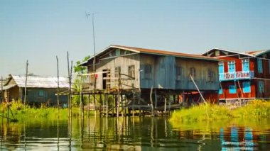 INLE LAKE, MYANMAR - CIRCA JAN 2014: Village on stilts. View from the moving boat — Stock Video