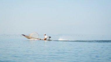 Video 1080p - local fisherman on fishing boat with a motor. Inle lake, Burma (Myanmar) — Stock Video