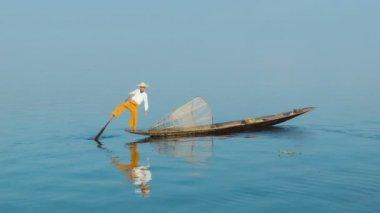 ビデオ 1080 - 漁師のパドルと足を使用して船になります。ビルマ (ミャンマー インレー湖) — ストックビデオ