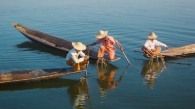 Lago de vídeo 1080p - myanmar, inle. pescadores em barcos demonstram a antiga forma de pesca — Vídeo Stock