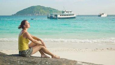 Video 1080p - Girl sitting on a rock on seashore. Similan Islands, Thailand — Stock Video