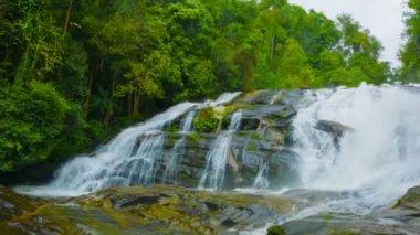 ビデオ 1080 - 森に川に大きな滝。タイ — ストックビデオ