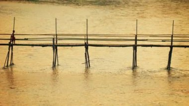 Video 1080p - Children crossing the river on a bamboo bridge. Luang Prabang, Laos — Stock Video