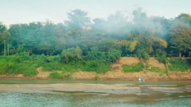 Video 1080p - Panorama riverbank near Luang Prabang, Laos — ストックビデオ