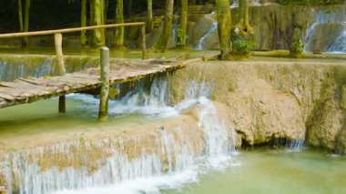 Video 1080p - Kouang Si Waterfall, Laos, Luang Prabang. Look with a wooden bridge, zoom. — Stock Video