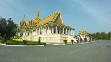 Video 1080p - Royal Palace with tourists, Throne Hall in Phnom Penh, Cambodia — Stock Video