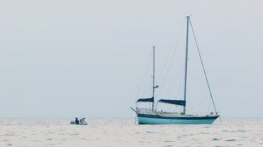 Video 1080p - People arrived at the yacht that is anchored in the sea — Stock Video