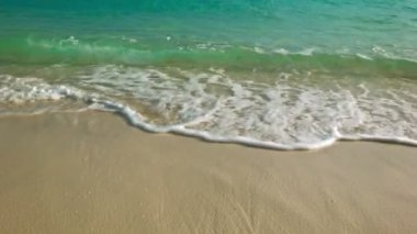 Video 1080p - Clear water. Surf on a sandy tropical beach — Stockvideo