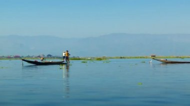 Video 1920x1080 - Local fishermen on a background of mountains. Burma, Inle Lake — Stock Video