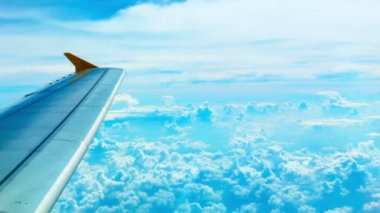 Video 1080p - Bright view of the clouds and the wing from the aircraft cabin — Stock Video