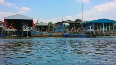 RANONG, THAILAND - CIRCA MAR 2014: Set of buildings along the river flows into the sea — Stock Video
