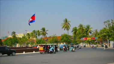 PHNOM PENH, CAMBODIA - 29 DEC 2013: Transport ring near the monument — Stock Video