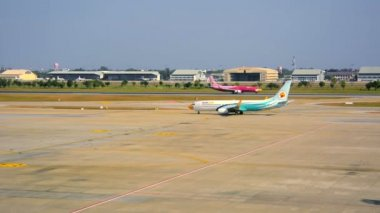 BANGKOK, THAILAND - 14 JAN 2014: Landed aircraft airline Nok Air. Planes have a characteristic color — Stok video
