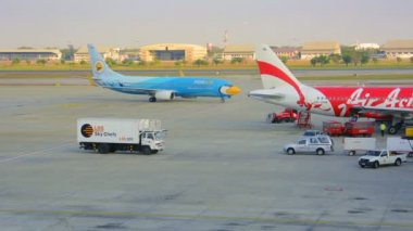 BANGKOK, THAILAND - 14 JAN 2014: Aircrafts of companies Nok Air and Air Asia. View from the airport window — Vídeo de Stock