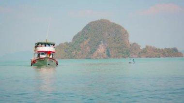 PHANG-NGA, THAILAND - CIRCA FEB 2014: Passenger ship with tourists approaching the shore — Stock Video
