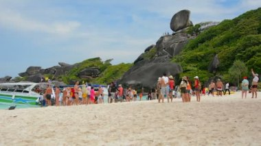 SIMILANS, THAILAND - CIRCA MAR 2014: Tourists are unloaded from ships at the beach — Stock Video