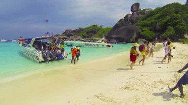 SIMILANS, THAILAND - CIRCA MAR 2014: Tourists go to the beach under the guidance a local guide — Stock Video