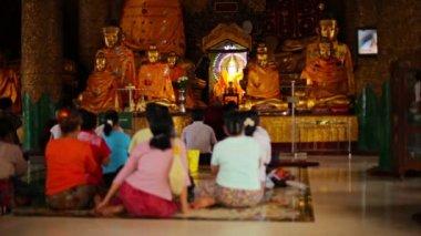YANGON, MYANMAR - 03 JAN 2014: People pray at the temple. Shwedagon Zedi Daw — Stockvideo