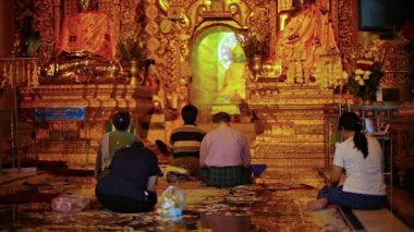 YANGON, MYANMAR - 03 JAN 2014: People pray at the temple. Golden Pagoda — Stockvideo