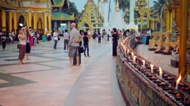 YANGON, MYANMAR - 03 JAN 2014: Many tourists from all over the world visit Shwedagon Zedi Daw (Great Dagon Pagoda) — Stock Video