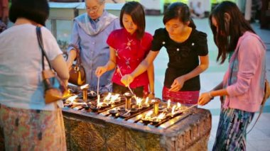 YANGON, MYANMAR - 03 JAN 2014: Women lighting oil lamps - a traditional ritual — Vídeo de Stock