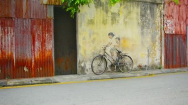 GEORGE TOWN, PENANG, MALAYSIA - 22 JUL 2014: Little Children on a Bicycle, Mural, Armenian Street - wall painting — Wideo stockowe