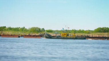 Video 1080p - Tug Boat floats on the river past the dredger — Stock Video