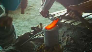 Video 1080p - Burmese blacksmiths work in the forge. Manufacture of weapons in the traditional way. — Stock Video