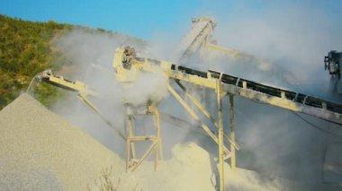 ビデオ 1080 - 道路建設のための砂利の生産のための小さな工場。ビルマで働く石の粉砕機 — ストックビデオ
