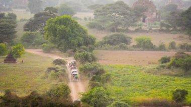 Vídeo 1920 x 1080 - engarrafamento na estrada de terra. cavalo carruagens carryng turistas para hotéis. myanmar, bagan — Vídeo Stock