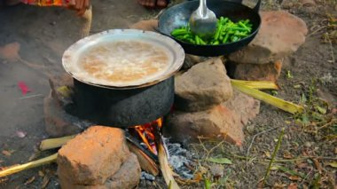 Video 1080p - Cooking on a fire in the open air. So feed merchants at the fair. Bagan, Myanmar — Stock Video