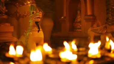 Video 1080p - Statues of mythical monsters in a Buddhist temple at night. Ritual lighting with oil lamps. Burma, Yangon — Stock Video