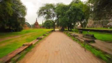 Video 1080p - Walking on paths around the ruins of the temples. Thailand, Ayutthaya — Stock Video