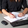 Businesswoman writing — Stockfoto