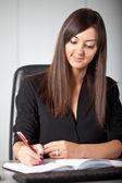女性の職場での書き込み — ストック写真