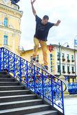 Skateboardåkare hoppar — Stockfoto