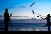 Jonglage au coucher du soleil — Photo