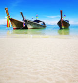 Boats on the beach of tropical sea — Stock Photo