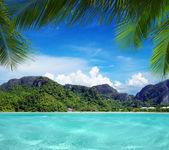 Bela praia e mar tropical — Fotografia Stock