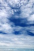 Wolken in den blauen himmel — Stockfoto