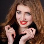 giovane ragazza sexy in un cappotto di pelliccia — Foto Stock