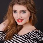 belle jeune fille dans un chemisier rayé — Photo #18044601