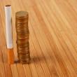 pila di monete e sigarette — Foto Stock