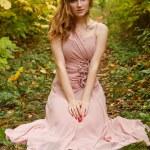 hermosa chica en el bosque de otoño — Foto de Stock