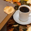 Autumn scene. Coffee cup and books — Stockfoto