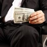 podnikatel má peníze v rukou — Stock fotografie