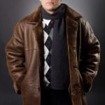 jovem empresário em um casaco de pele de carneiro — Foto Stock
