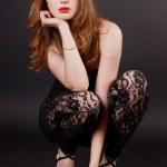 mooie jonge vrouw in een zwarte jurk — Stockfoto