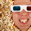jonge kerel in de popcorn — Stockfoto