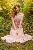 Vacker flicka i skogen höst — Stockfoto